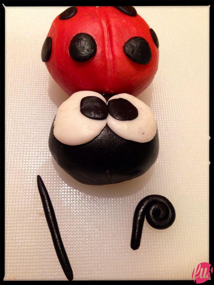 …aggiungete le palline nere, schiacciatele e diventeranno i tipici puntini e le pupille. Quelle fatele belle strabiche: sarà un effetto simpatico. Con due salamini fate le antenne... così!