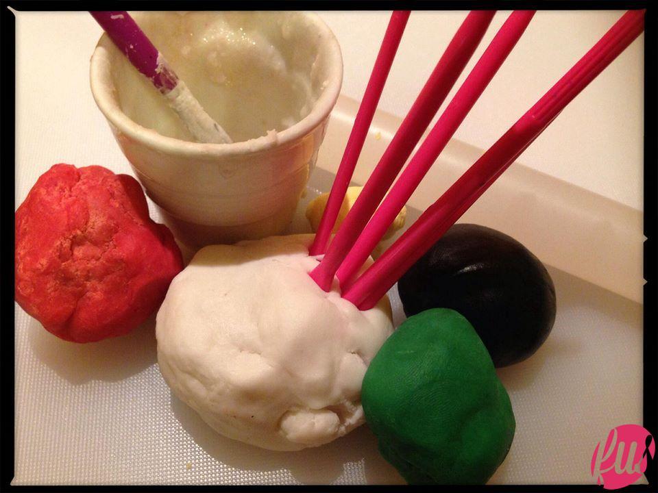 MATERIALE OCCORRENTE - Pasta di zucchero colorata, attrezzini da modelling, colla alimentare.