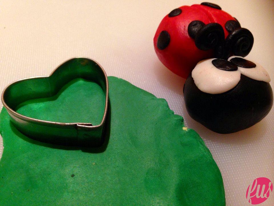 Con un tagliapasta a forma di cuore ricaviamo 4 cuori verdi...