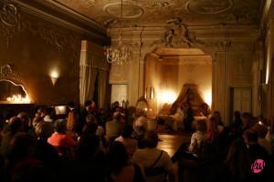 """La stanza da letto durante una scena de """"La Traviata"""""""