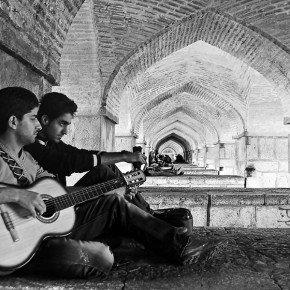Due giovani si rilassano sotto il Khaju Bridge di Esfahan, Iran