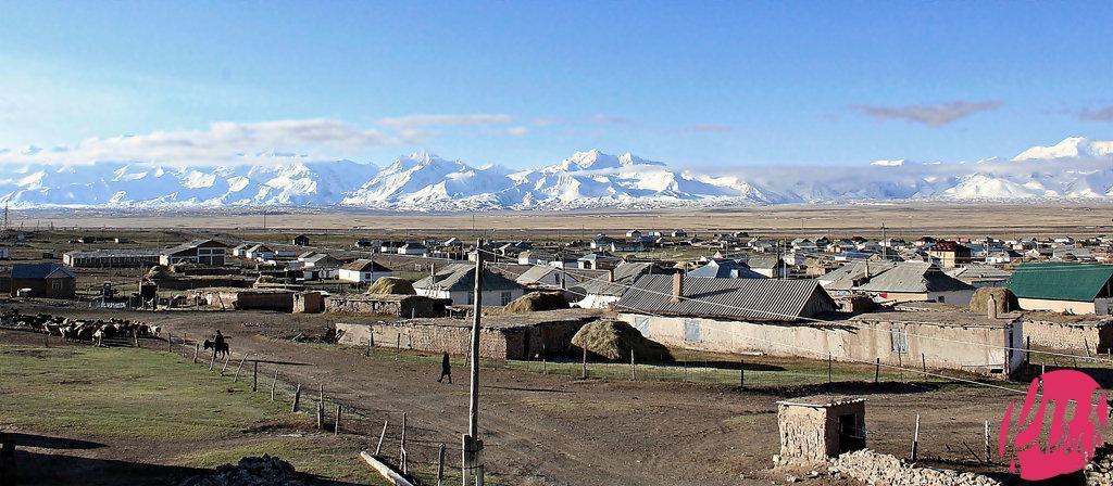 Il panorama sulle montagne del Pamir dalla casa di un villaggio di Sary Tash(3170 M), Kyrgyzstan
