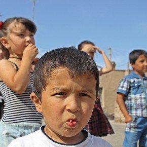 Fuori di una scuola a Khiva, Uzbekistan