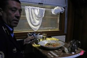 A due passi da Tashkent, l'ultima cena condivisa con i ferrovieri uzbeki e con il capotreno.