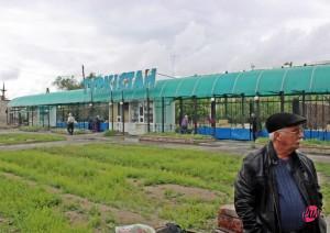 Turkistan, città kazakha sulla via tra Mosca e Tashkent. Il treno si ferma nella stazione della città santa per fare rifornimento.