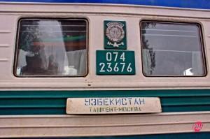 """Il nome del treno 006 tra Mosca e Tashkent, """"Uzbekistan"""", fermo in una stazione kazaka."""