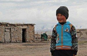 Un bambino del villaggio di Sary Tash (3170 mslm), Kyrgyzstan, scherza con alcuni suoi compagni di gioco
