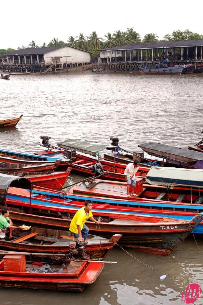 Ranong (Thailandia) linea di confine con il Myanmar, da qui partono le piccole barche da trasporto passeggeri