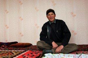 Un pastore del villaggio di Sary Tash, Kyrgyzstan, si riposa durante una pausa dal lavoro.