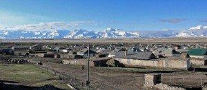 Una veduta del villaggio di Sary Tash (3170 m. s.l.m.), Kyrgyzstan. Sullo sfondo le montagne del Pamir ed il confine cinese (Irkeshtam)