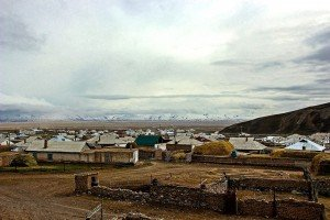 Panorama pomeridiano su Sary Tash (3170 mslm),Kyrgyzstan, ed il Pamir immerso tra le nubi sullo sfondo