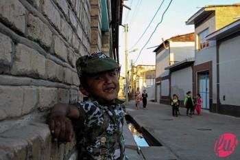 Un bambino della Mahalla (zona popolare e tradizionale) di Samarcanda, Uzbekistan. Nella mahalla vive una minoranza di lyuli, sottogruppo Rom