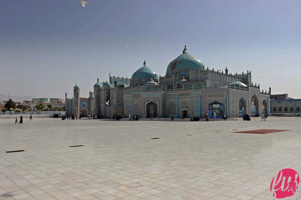La moschea blu di Mazar-e sharif, un santuario moschea dedicato alla memoria del primo Imami sciita Alì Ibn abi Talib, che secondo alcuni fedeli sciiti è stato seppellito proprio nella città afghana