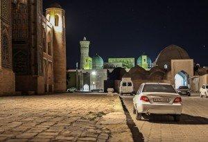 Una vista del miraneto Khalon nel centro storico di Bukhoro, Uzbekistan,  durante la notte