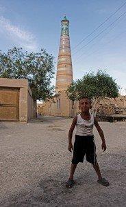 Un bambino della zona adicente al minareto Islam Khodja,Khiva, Uzbekistan