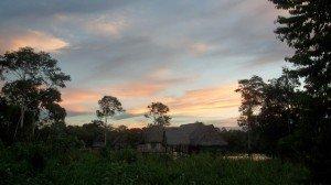 Foresta Amazzonica con Villaggio di Palafitte