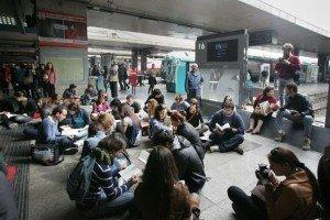 444364 Flash mob di studenti universitari a Termini. 'La cultura è un binario morto'
