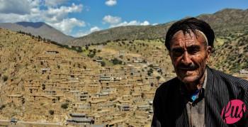 Un anziano pastore del villaggio sul tetto della sua casa. Palangan, Kurdistan iraniano
