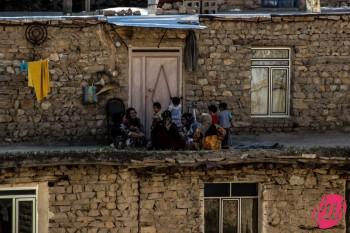 Alcune famiglie del villaggio si godono le ore più fresche della giornata sul tetto delle proprie abitazioni. Palangan, Kurdistan iraniano