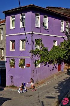 Due bambini giocano tra le vie di Ayvansaray. Istanbul, Turchia