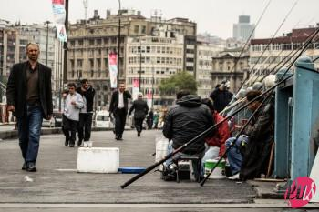 Alcuni pescatori sul nuovo ponte di galata; Istanbul, Turchia