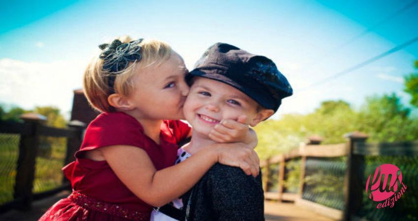 Bambini che si baciano