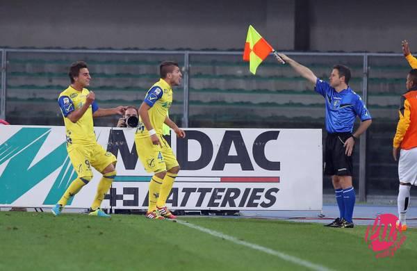 L'attaccante del Chievo, Alberto Paloschi (C), protesta per il goal annullato durante la partita del campionato di Serie A contro la Juventus allo stadio Bentegodi di Verona, 25 settembre 2013. ANSA/VENEZIA