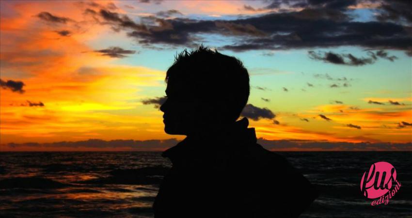 Uomo in riva al mare