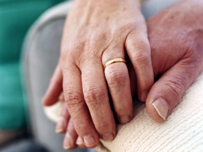 mano-nella-mano-mani-anziane
