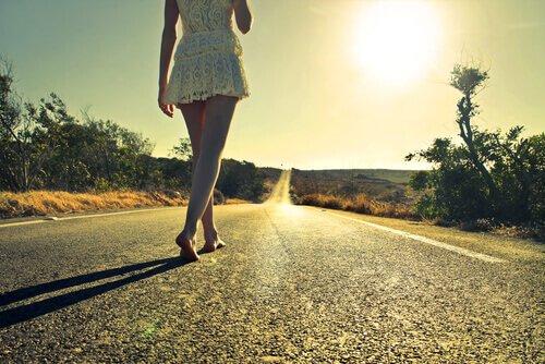 donna-che-cammina-sola