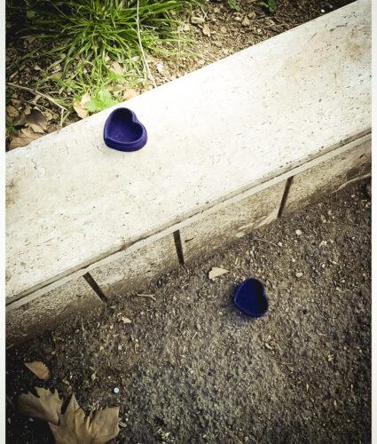 scatolina blu, aperta, a forma di cuore