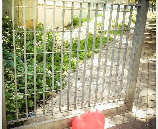cuore davanti un cancello