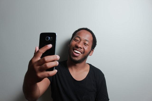 Ragazzo che si scatta un selfie