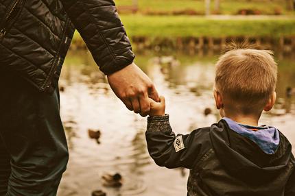 bambino mano nella mano con un adulto