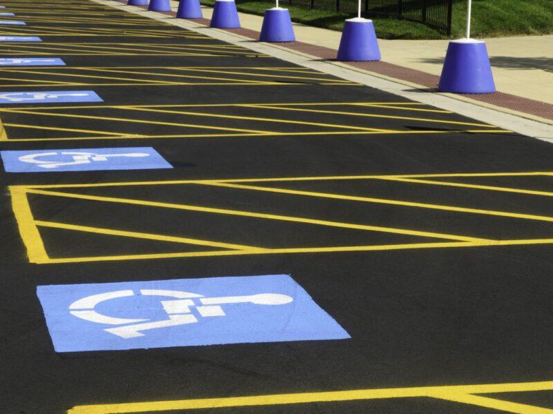 una serie di parcheggi, vuoti, per disabili
