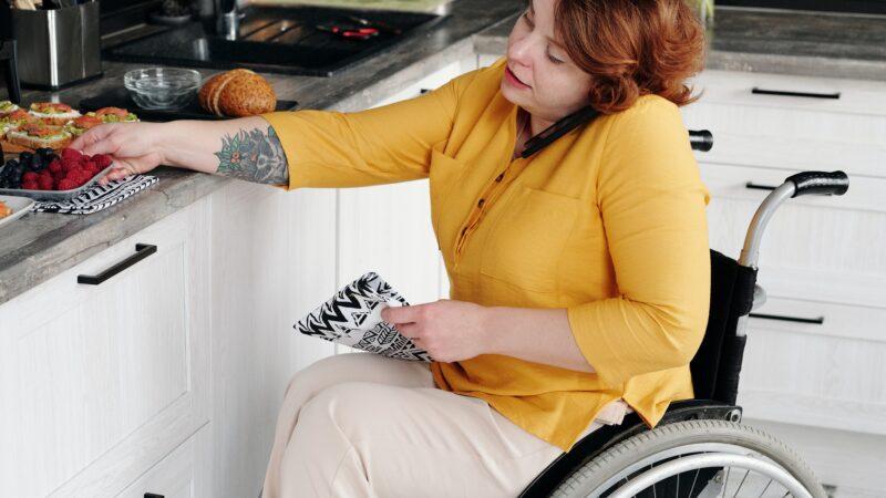 donna, in cucina, su sedia a rotelle