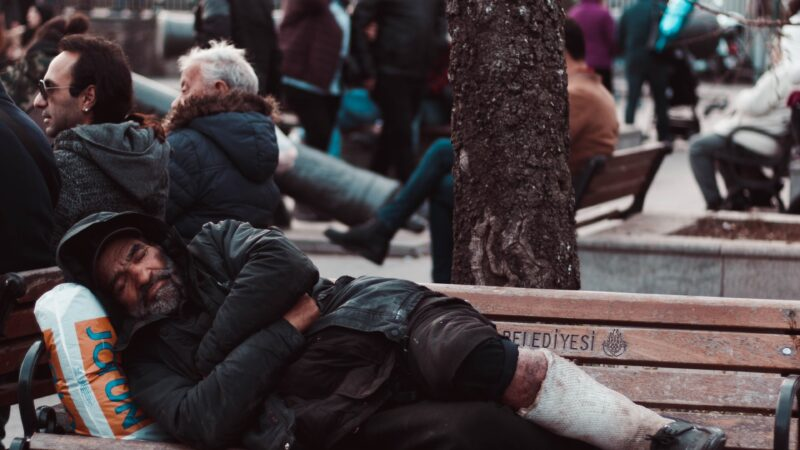 senzatetto su panchina