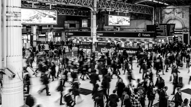 folla all'interno di una stazione